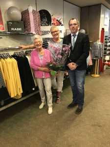 Inhaberin Margret Fischer sowie Gisela Mähler und Wirtschaftsförderer Marc Klaßmann bei den Feierlichkeiten
