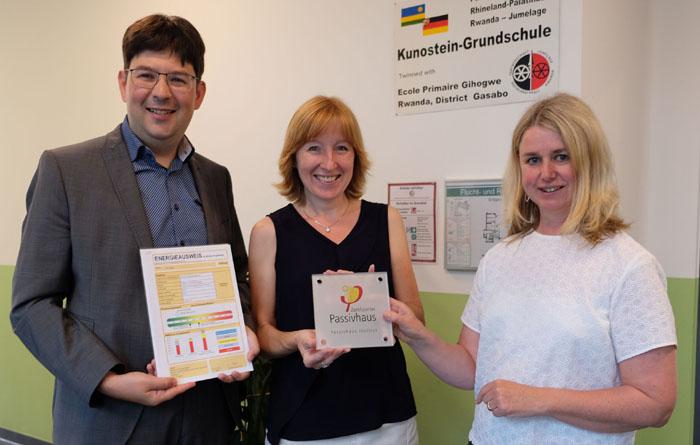 Kunosteinschule erhält Passivhaus-Plakete