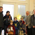 Die Sternsinger brachten den Segen ins Lahnsteiner Rathaus und wurden von Oberbürgermeister Peter Labonte herzlich empfangen (Foto: Stefanie Krebs /Stadtverwaltung Lahnstein)