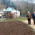 Bernhard Wiemer und Michael Schneider begutachten die Fläche, die derzeit in eine Blumenwiese umgewandelt wird.