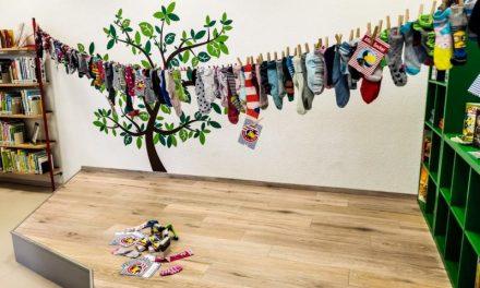 Sockengirlande in der Lahnsteiner Bücherei – 123 Kinder machten bei der Aktion zum Geburtstag von Rabe Socke mit
