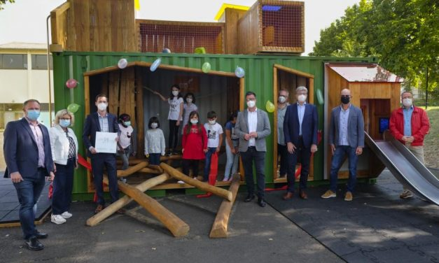 Kinder erkunden neue mobile Kletterbox – Aufwertung des Schulhofes der Marienschule