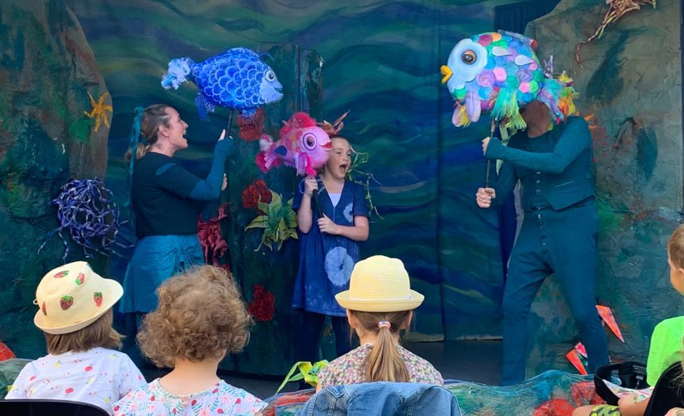 """Ein eitler Glitzerfisch entdeckt die Freundschaft – Freie Bühne Neuwied führte in Torney """"Der Regenbogenfisch"""" auf"""