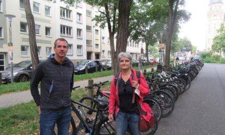 Neue Fahrradständer in der Südallee vor dem Max-von-Laue-Gymnasium