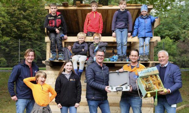 Kofferweise Hammer für den Bauspielplatz – thyssenkrupp Rasselstein GmbH spendet 28 Werkzeugkoffer
