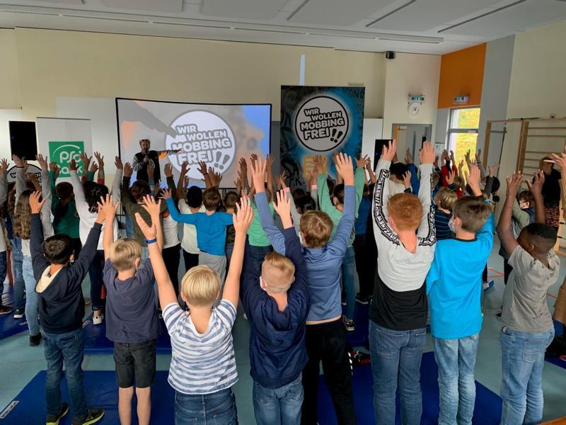 Mit Präventionsprogramm auf Mobbing aufmerksam gemacht – TV-Moderator Tom Lehel an Koblenzer Grundschulen zu Gast